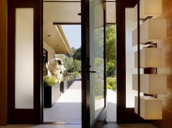 الباب المحورى مع اضافة جانبين من الزجاج