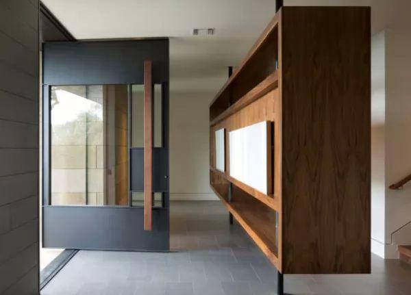 الخشب والمعدن والزجاج فى ابواب المنازل المحورية