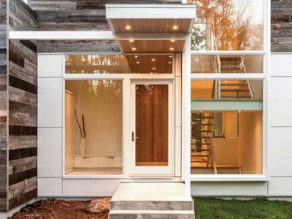 ابواب المنازل المحاطة من الجانبين بالزجاج